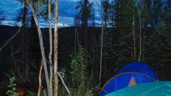 Zelt im Wald der Rocky Mountains