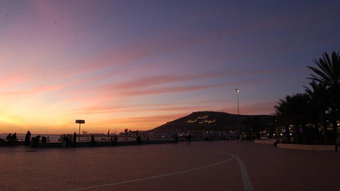 Der Sonnenuntergang in Agadir ist romantisch. Die Inschrift des Berges wird bei Nacht beleuchtet.