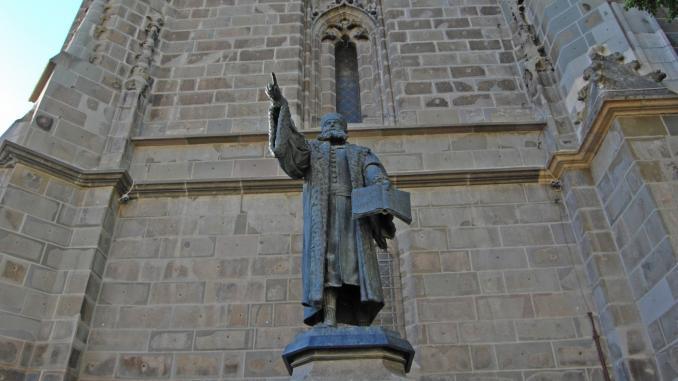 Statue von Johannes Honterus vor der Schwarzen Kirche