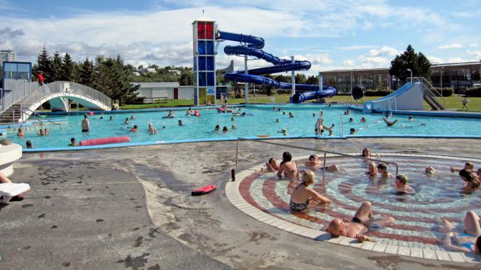 Zwar kein Naturpool, dafür aber direkt in der Stadt: Schwimmbad Laugardalur in Reykjavik