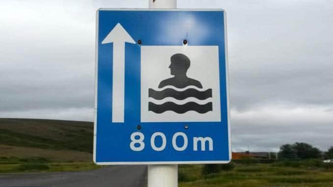 Schild Schwimmbad 800m