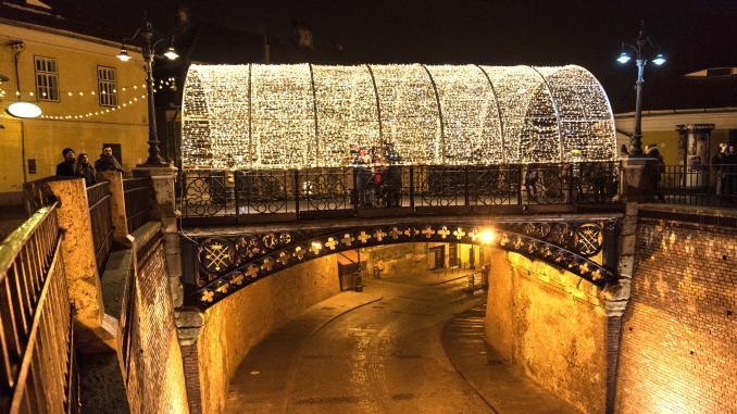 Beleuchtete Lügenbrücke in Sibiu zu Weihnachten